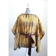 Poncho feito em tear manual, em três cores castanho, branco e amarelo